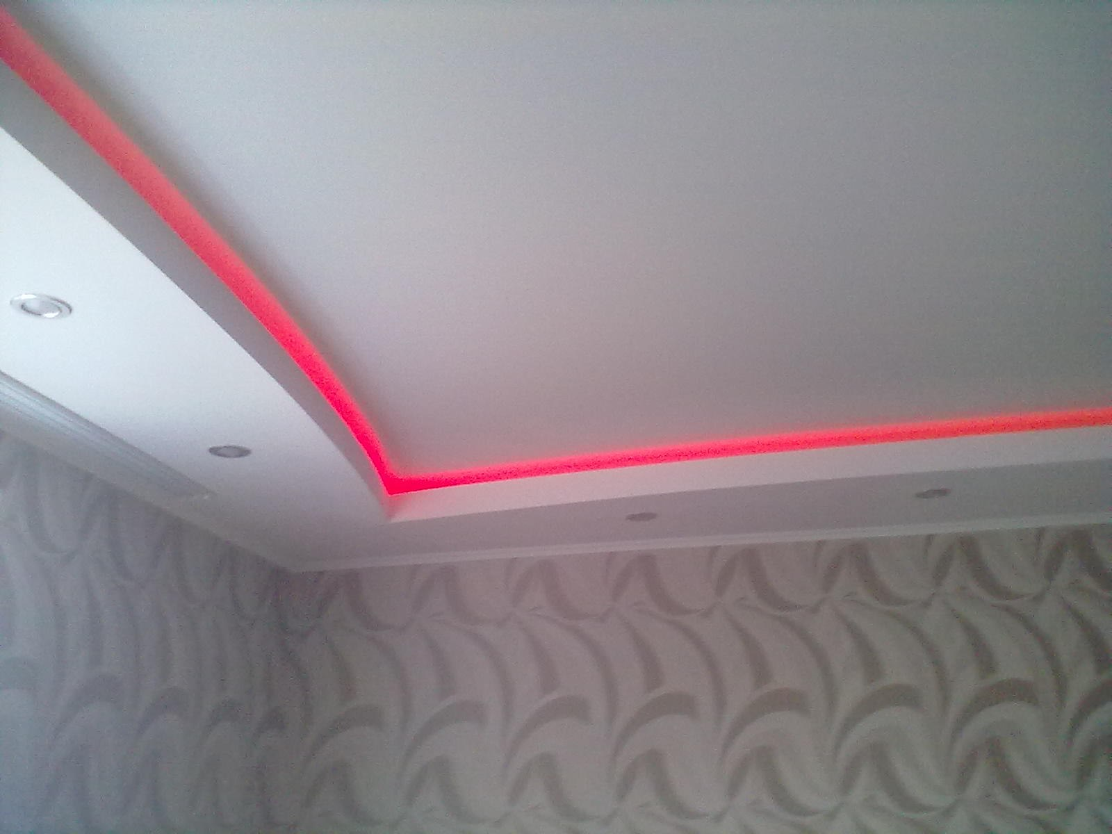 Дизайн потолков со спотами