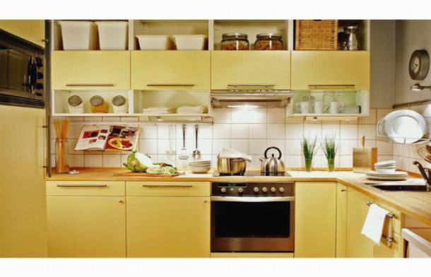 Открытые полки в кухонных тумбах