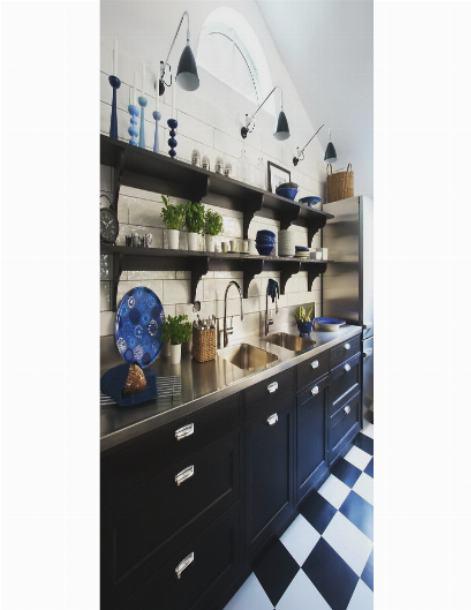 Стильные навесные полки в кухонном интерьере