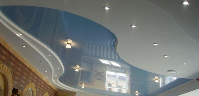 Дизайн потолка вгостинной