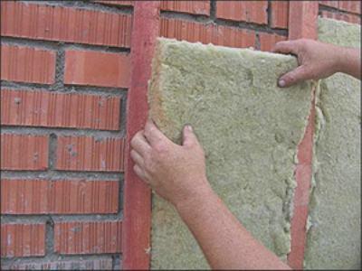 Базальтовый утеплитель для стен дома кладут между профилями