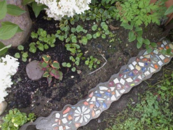 Бордюр украшен камешками