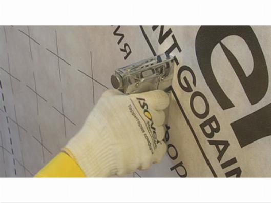 Для фиксации пароизоляции применяется строительный степлер