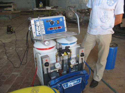 Для нанесения пенополиуретана используются специальные установки