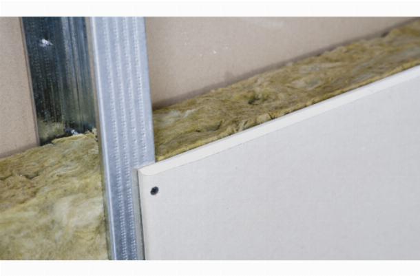Гипсокартон выполняет две функции: утепление и выравнивание стен