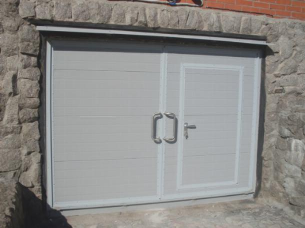 Калитка в воротах гаража позволяет значительно снизить теплопотери