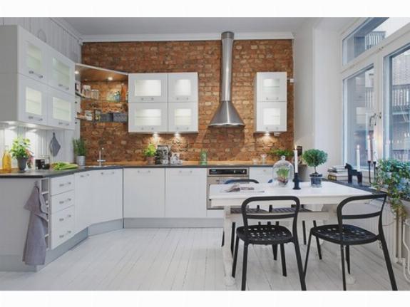 Красивая кирпичная стена на кухне