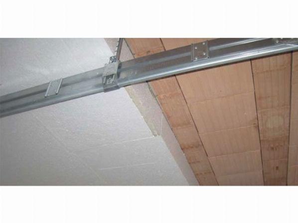 На снимке показан процесс утепления потолка пенопластом