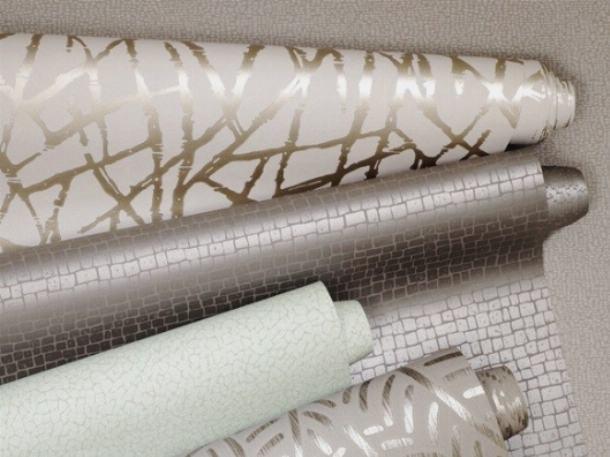 Оклеивание потолка обоями производится с использованием специального клея
