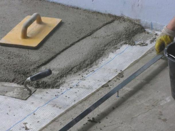 Плитку следует укладывать на твердую ровную поверхность