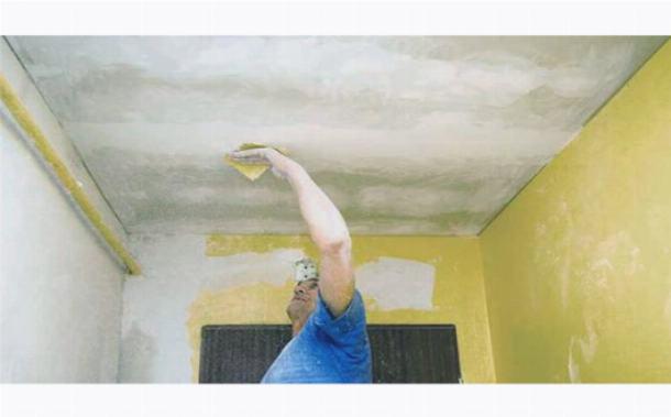 Подготовка поверхности потолка к поклейке обоев