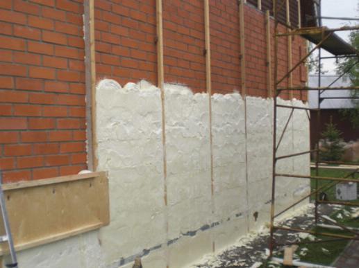 ППУ наносится на стену после монтажа обрешетки для обшивки дома сайдингом
