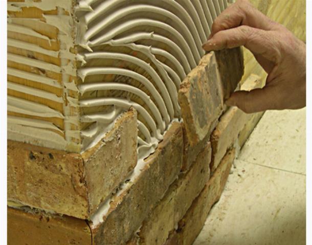 При правильном нанесении клея плитка будет хорошо держаться годами