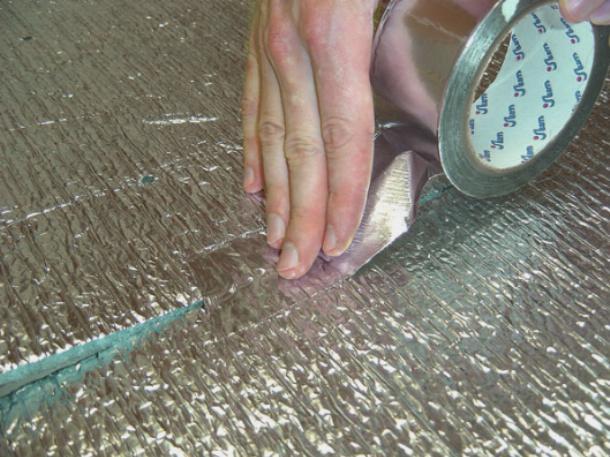 Стыки необходимо проклеивать алюминиевым скотчем