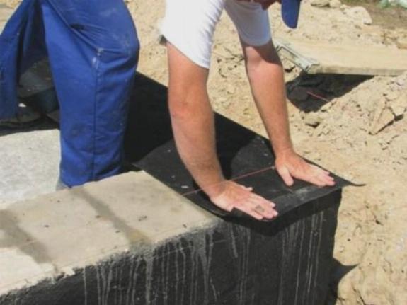 Укладка слоя гидроизоляции
