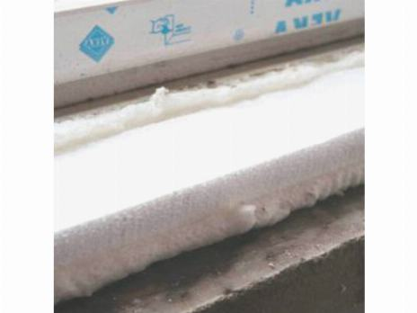 Утепляем подоконник перед его установкой пенопластом и монтажной пеной