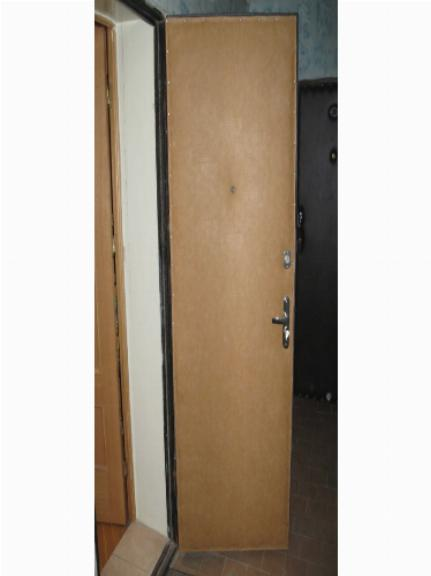 Внутренняя поверхность металлической двери после обшивки дерматином