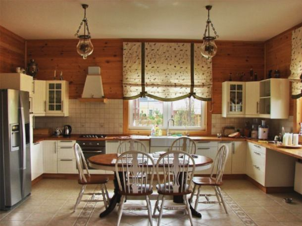 Декоративные жалюзи хорошо впишутся в интерьер кухни