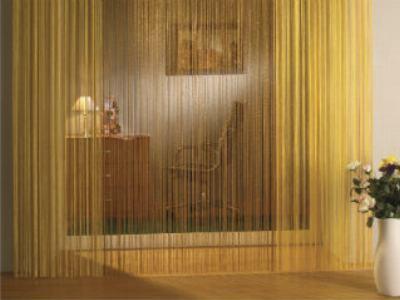 Нитевые шторы в интерьере кухни