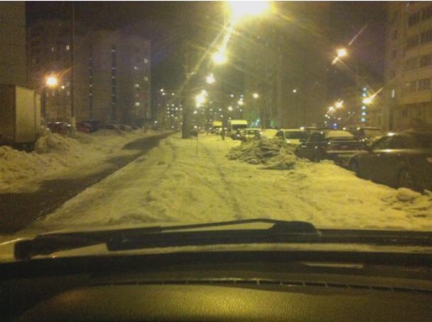 Припарковался, выключил фары, фонари освещают и так